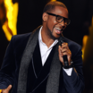 """R. Kelly Ejects Fan By Singing For """"Security"""" To Come"""