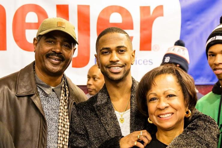 Big Sean in Detroit with his parents giving out turkeys